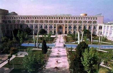 دانلود پاورپوینت تحلیل معماری مدرسه چهار باغ اصفهان