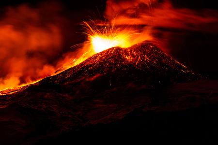 پاورپوینت کامل و جامع با عنوان حالت های مختلف مواد آتشفشانی در 35 اسلاید