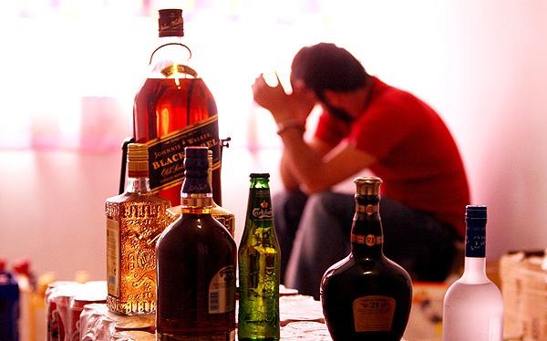دانلود پاورپوینت مصرف الکل(علائم، اثرات، شیوع، مضرات و درمان)
