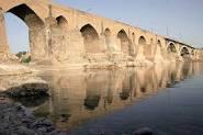 بررسی تاثیر شکل پایه پل و نسبت تنگ شدگی بر پروفیل سطح آب در بالادست سازه پل