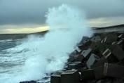 بررسی اثر آبخور شناور و زاویه ی برخورد امواج در پاسخ شناور های چند پانتونی توزیع شده در سطح