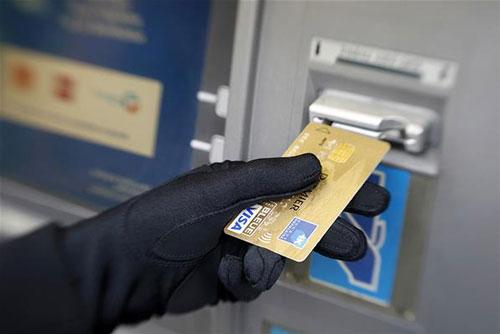 بررسی روش های بکار گرفته شده به منظور تشخیص تقلب در کارت های اعتباری